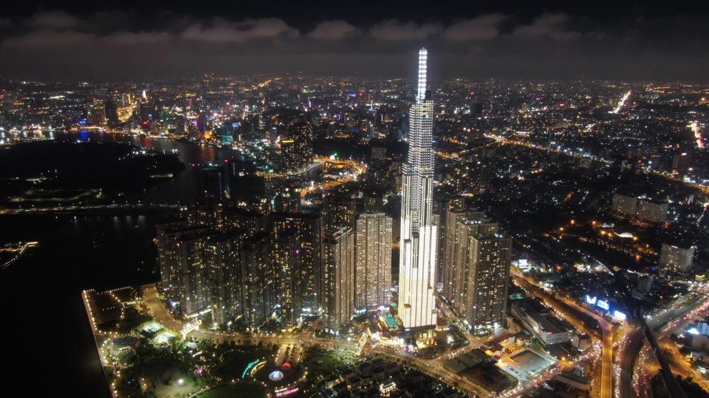東南アジアで最高層のビルを夜景で