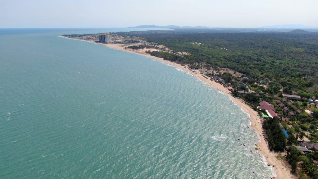 青い海 強烈な日差し キレイなビーチ